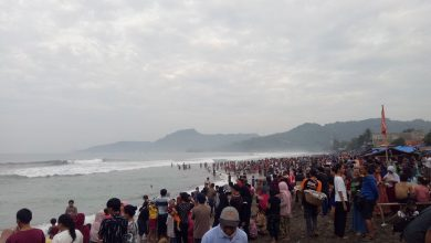 Pantai Karang Hawu Viral Penuh Sesak Pengunjung